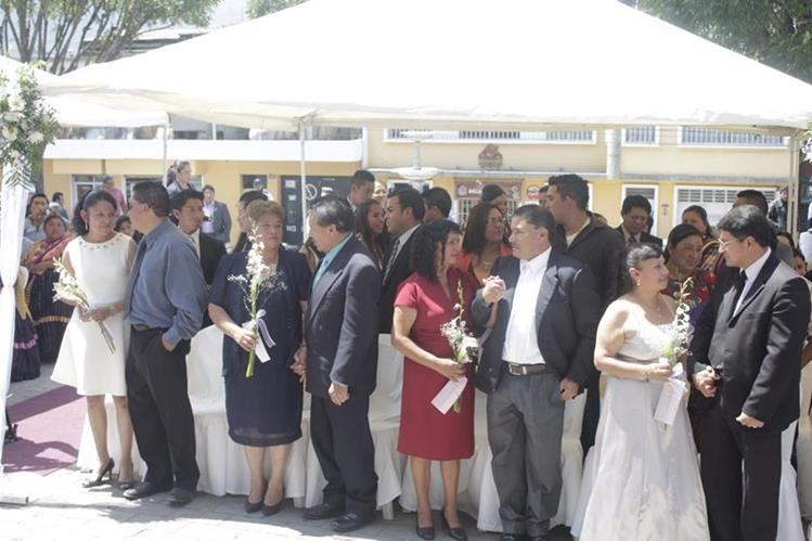 Treinta parejas contrajeron matrimonio en la ceremonia celebrada en el teatro municipal de Xela. (Foto Prensa Libre: María Longo)