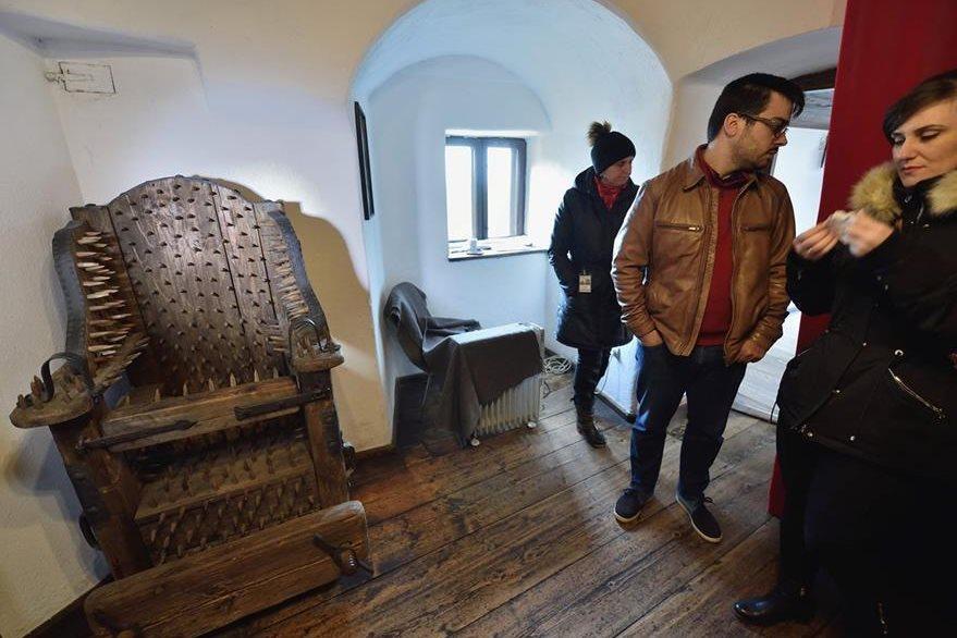 Instrumentos de tortura medievales se exhiben en el castillo de Bran en Bran, Rumania.  (Foto Prensa Libre: AFP).