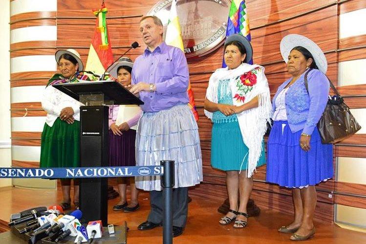 El político se hizo acompañar de varias mujeres indígenas. (Foto Prensa Libre: EFE).
