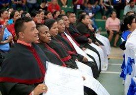 Algunos de los 604 maeestros graduados del programa universitario de formación docente, en Morales, Izabal. (Foto Prensa Libre: Dony Stewart)