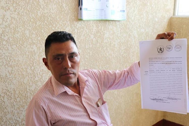 Trabajador municipal sostiene denuncia contra alcalde de Uspantán. (Foto Prensa Libre: Héctor Cordero).