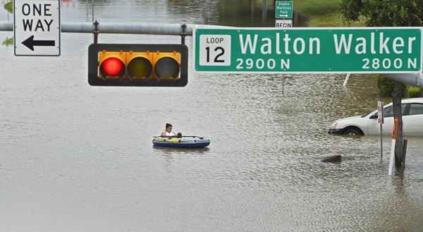 Las calles de Texas quedaron anegadas. (Foto Prensa Libre: EFE)