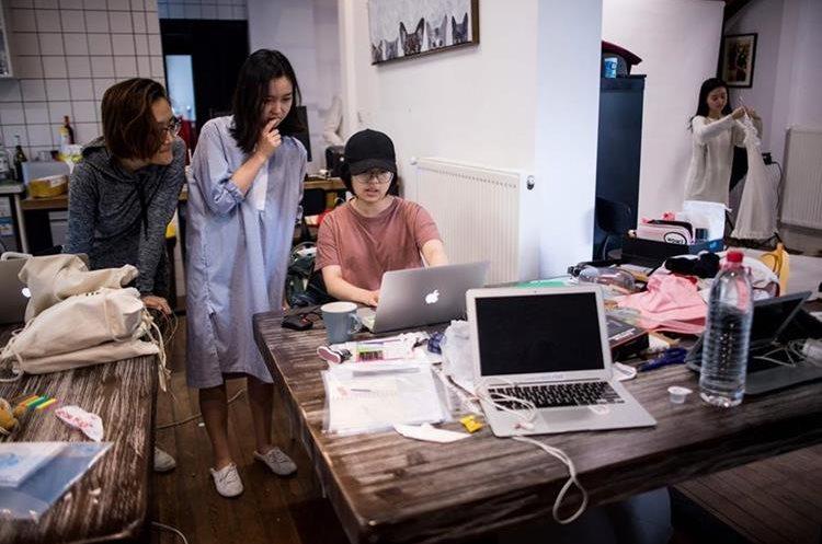 """Muestra a los empleados de la empresa de e-commerce """"gogoand"""" que trabajan en su sitio web en Shanghai. (Foto Prensa Libre: AFP)"""