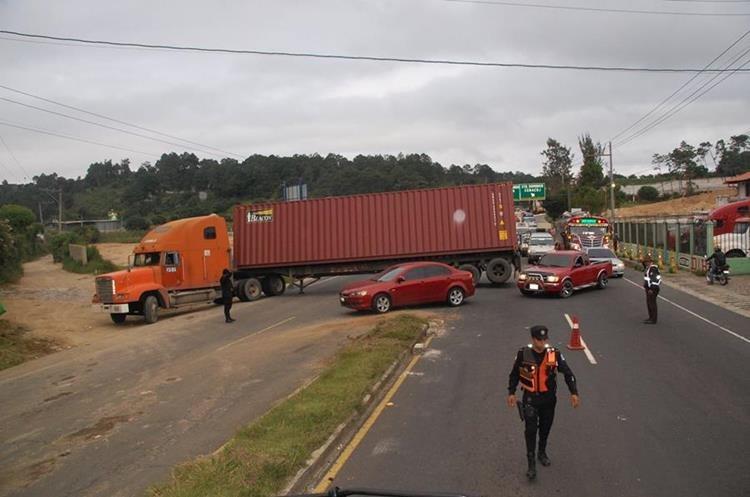 Autoridades de tránsito en Sacatepéquez coordinan movilización de tráiler.