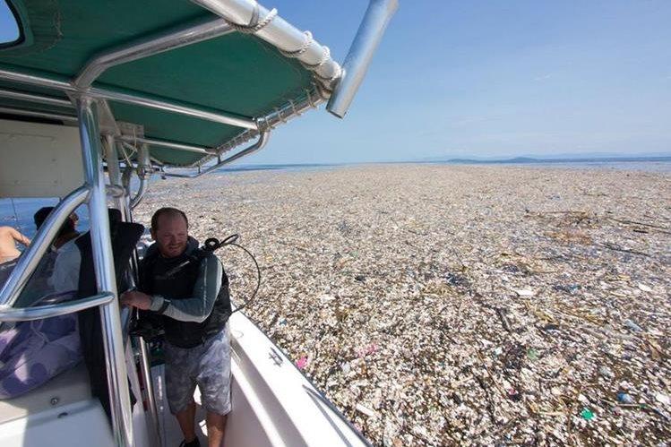El manto de desechos plásticos fue hallado por la fotógrafa Caroline Power, en aguas del Caribe, cerca de la isla de Roatán, Honduras. (Foto Prensa Libre: Facebook Caroline Power)