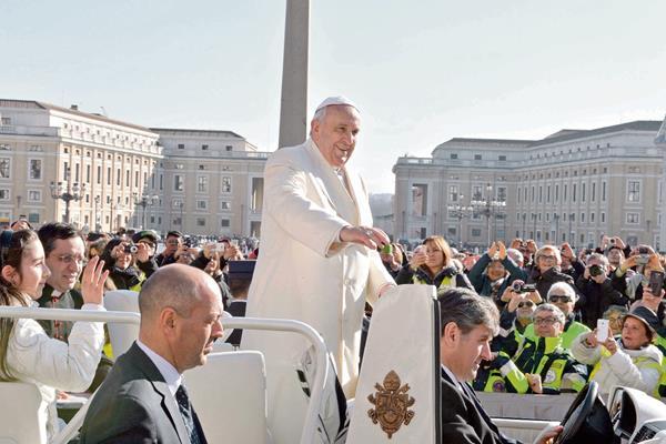 El papa Francisco saluda a los fieles durante la audiencia general de los miércoles celebrada en la plaza de San Pedro.