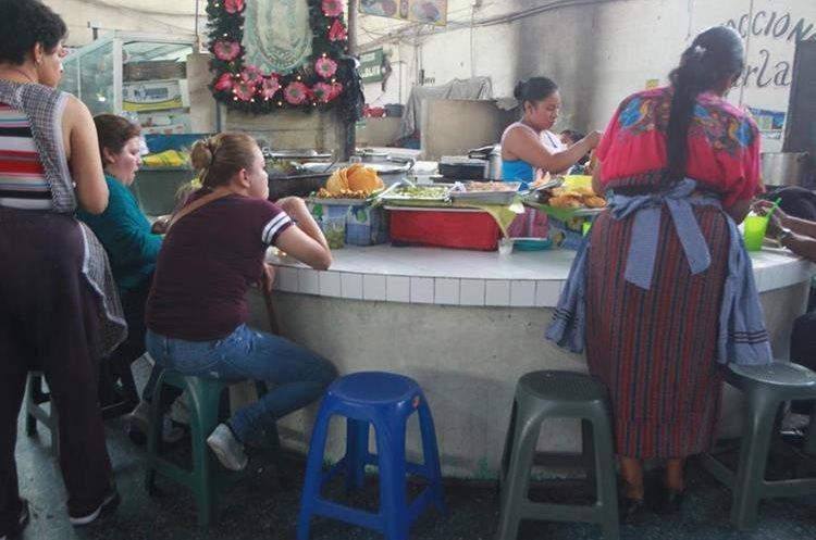 Los puestos de comidas de la calle no son seguros. (Foto Prensa Libre: Érick Ávila)
