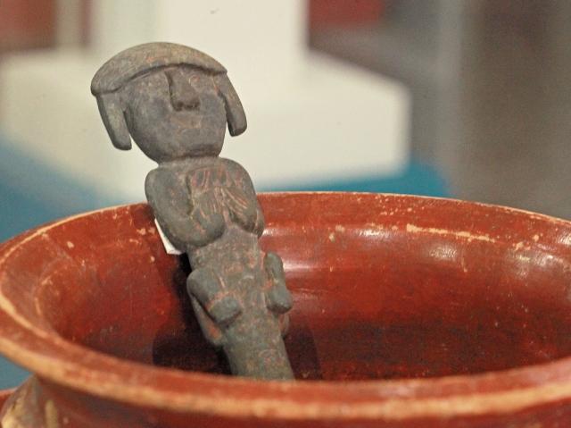 Centro perforador encontrado en Uaxactún, que  representa el acto simbólico de una sangría.