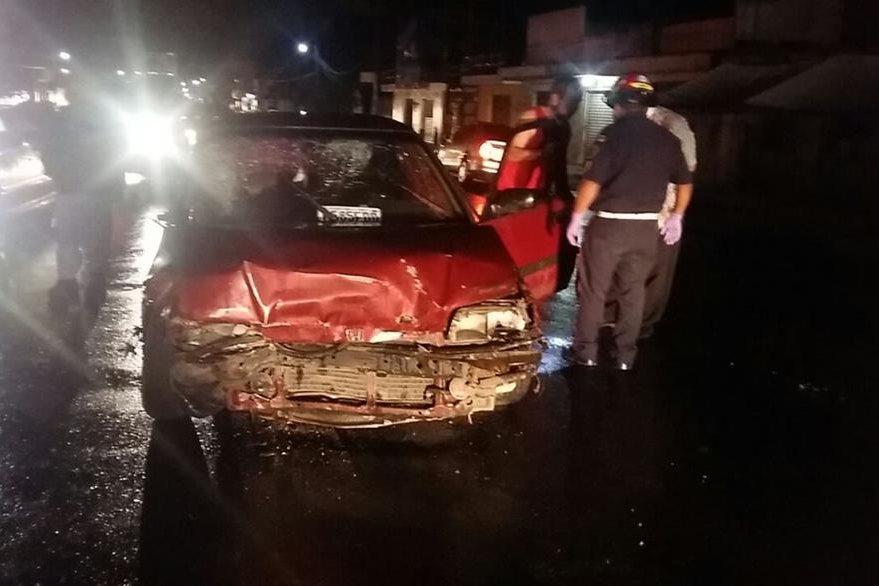 Uno de los automóviles involucrados en el choque en la ruta Interamericana, El Tejar, donde seis personas resultaron heridas y una murió. (Foto Prensa Libre: Víctor Chamalé)