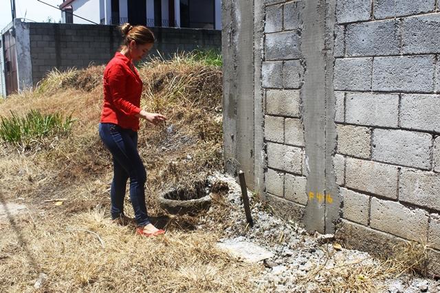 Isabel Parada denunció en la PDH que el contador del servicio de agua y el registro de drenaje quedó adentro de una calle cerrada y no le permite el ingreso al lugar. (Foto Prensa Libre: Oscar Felipe Q.)