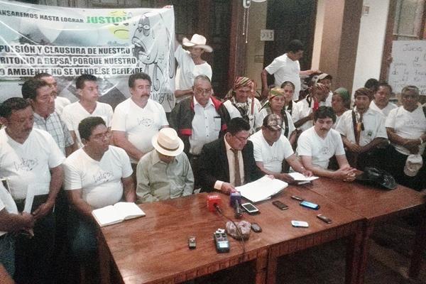 Comunitarios de Sayaxché piden que se implemente el estado de Calamidad Pública para agilizar la ayuda humanitaria. (Foto Prensa Libre: Carlos Álvarez)