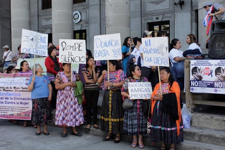 Un grupo de mujeres participa en marcha contra la violencia en Quetzaltenango. (Foto Prensa Libre: María José Longo)