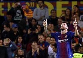 Leo Messi celebra su tercer gol y enloqueció a la afición en el Camp Nou. (Foto Prensa Libre: EFE)