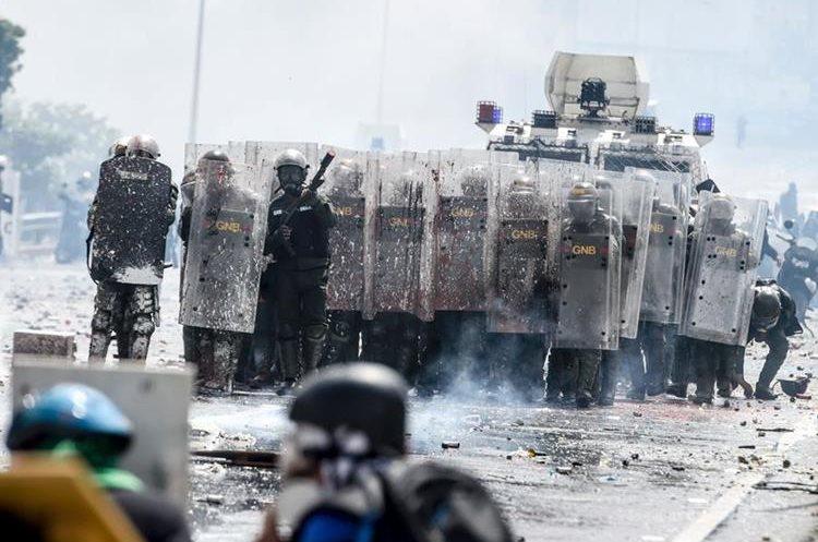Excremento, pintura y otros materiales fueron lanzados contra la Policía. (Foto Prensa Libre: AFP)