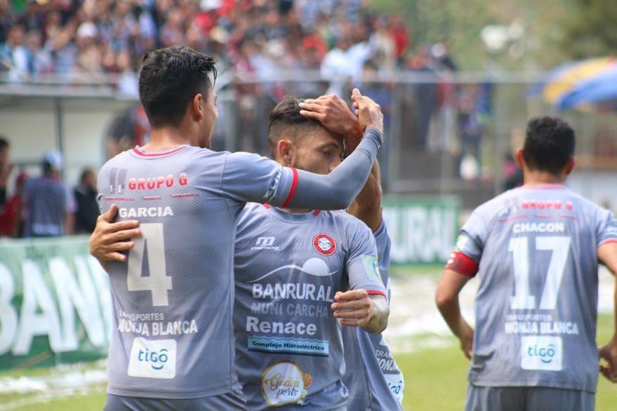 Los jugadores de Carchá festejan la anotación de José Alpuche. (Foto Prensa Libre: Eduardo Sam Chun)