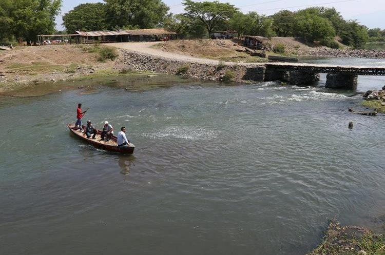 Las lanchas son utilizadas para cruzar el río, en invierno los usuarios temen que estas den vuelta. (Foto Prensa Libre: Enrique Paredes)