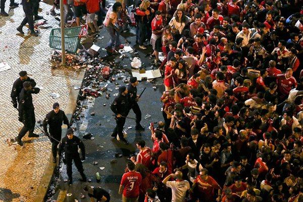 Aficionados del Benfica se enfrentan a la policía tras la celebración del título. (Foto Prensa Libre: EFE)