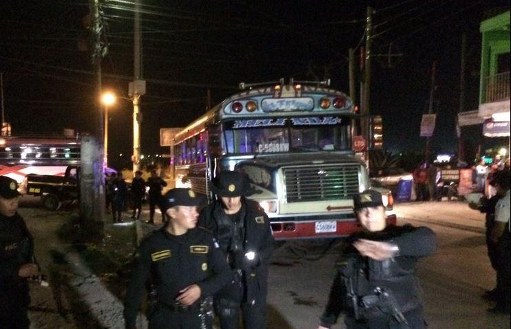 La unidad circulaba en el sector de Llanos de La Cruz cuando fue atacada. (Foto Prensa Libre: Stereo 100)