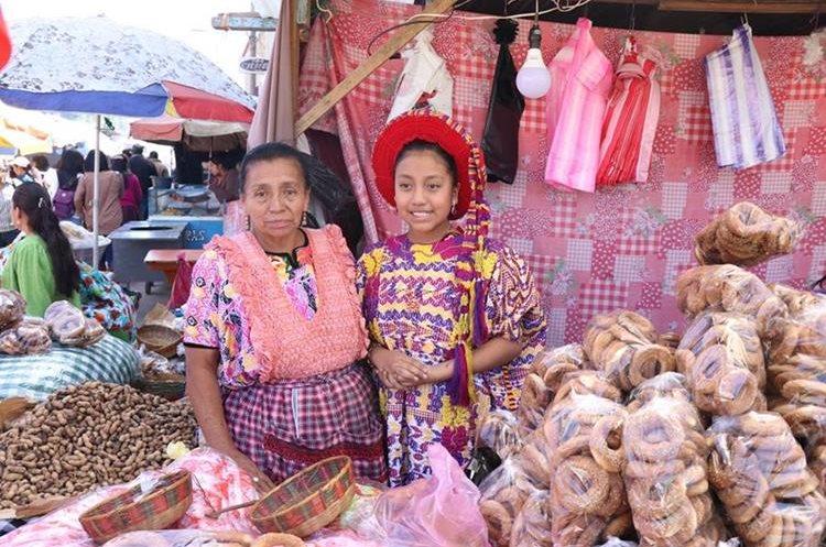 Leslie Villagrán, pequeña Flor del Pueblo de Xela, vende roscas en la feria patronal en honor al Cristo Negro en San José Chiquilajá, Quetzaltenango. (Foto Prensa Libre: María José Longo)
