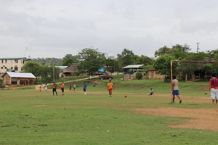 Justo en el medio del campo de futbol fue trazada una frontera imaginaria entre El Arenal, Melchor de Mencos, Petén, y El Arenal, Benque Viejo del Carmen, Belice. (Foto Prensa Libre: Rigoberto Escobar)