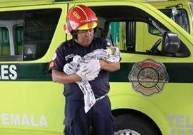 Bomberos Municipales rescataron a una recién nacida abandonada en la zona 13. (Foto Prensa Libre: Bomberos Municipales)