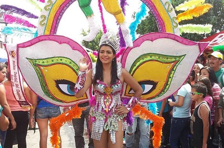 Dariana Tórtola, reina del Carnaval 2017 encabezó el desfile que recorrió las principales calles de Mazatenango.