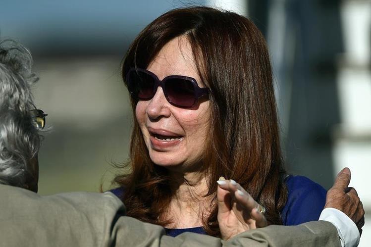 Una delegación recibió a Fernández en aeropuerto de La Habana. (Foto Prensa Libre: AFP)
