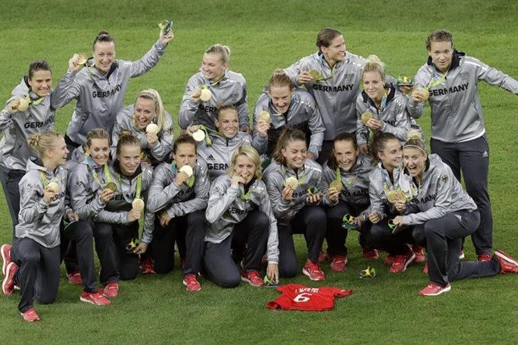 Las jugadoras de Alemania posan con la medalla de oro luego de la premiación. (Foto Prensa Libre: AP)