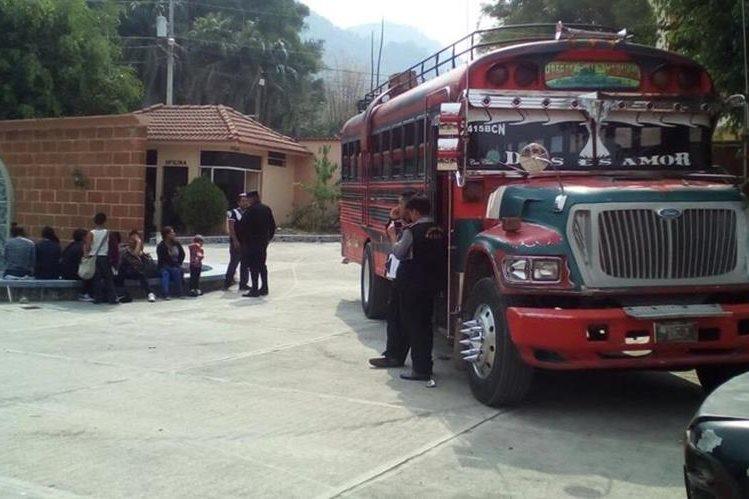 Autobús interceptado por las fuerzas de seguridad en La Democracia, Huehuetenango. (Foto Prensa Libre: PNC)