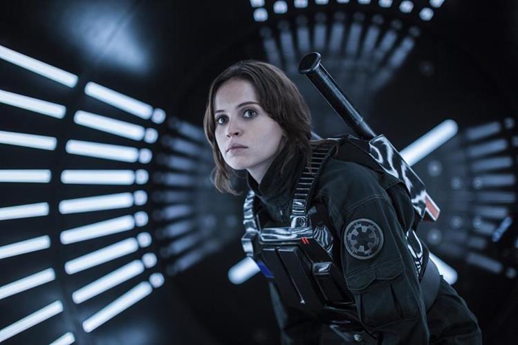 La película Rogue One tiene como protagonista a la actriz Felicity Jones, en el papel de la rebelde Jyn Erso. (Foto Prensa Libre: AP)