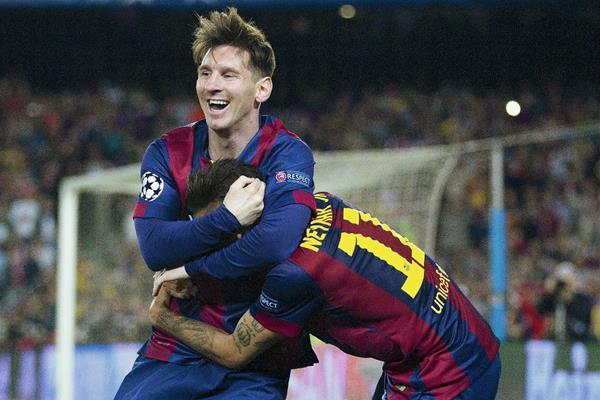 Los delanteros del F. C. Barcelona, el argentino Leo Messi (i) y el brasileño Neymar, celebran el tercer gol del equipo blaugrana. (Foto Prensa Libre: EFE)