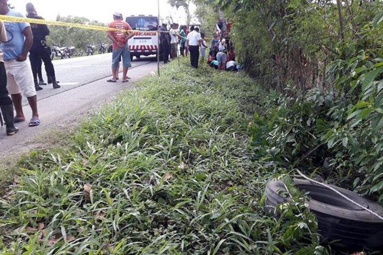 Lugar donde se le desprendió la llanta a un tráiler y mató a un hombre, en Lívingston. (Foto Prensa Libre: Dony Stewart).