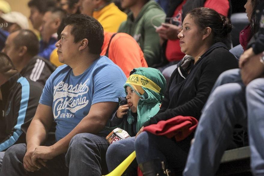 Los aficionados sufrieron durante el partido, por el resultado de Petapa. (Foto Prensa Libre: Norvin Mendoza)