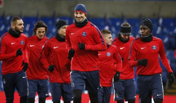 Zlatan Ibrahimovic encabeza el entrenamiento del París SG, que este fin de semana podría ganar la el torneo francés. (Foto Prensa Libre: AFP).