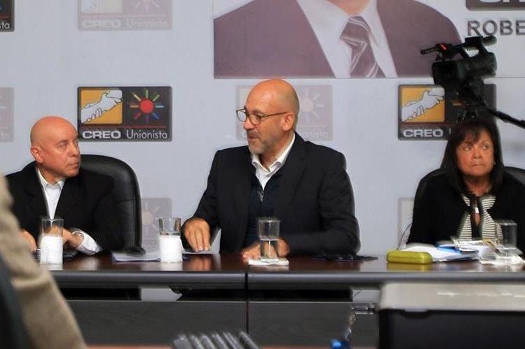Gerardo Aguirre (Centro) responde a los cuestionamientos de los congresistas. (Foto Prensa Libre: Carlos Vicente)