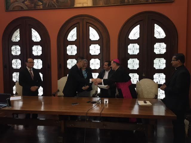 El embajador de Taiwán, John Lai, y el nuncio apostólico, Nicolás Henry Thevenin, acuerdan ayuda para damnificados en Izabal. (Foto Prensa Libre: Cortesía).