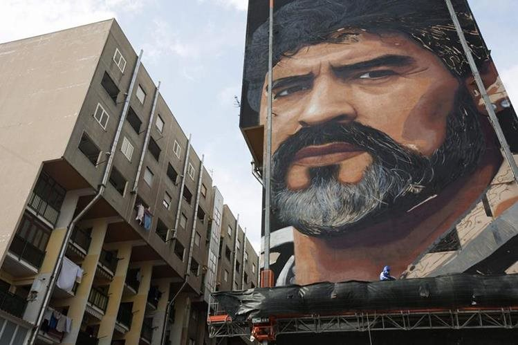 Así luce el mural en homenaje a Diego Armando Maradona. (Foto Prensa Libre: AFP)