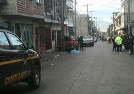 Un muerto y dos heridos dejó un ataque armado en la colonia Villalobos dos, zona 12. (Foto Prensa Libre: É. Ávila)