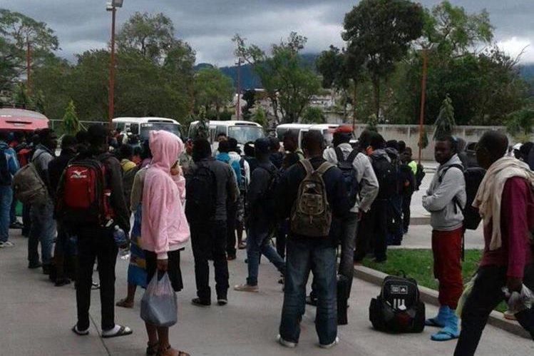 Parte del grupo de migrantes localizado en Esquipulas. (Foto Prensa Libre: PNC).