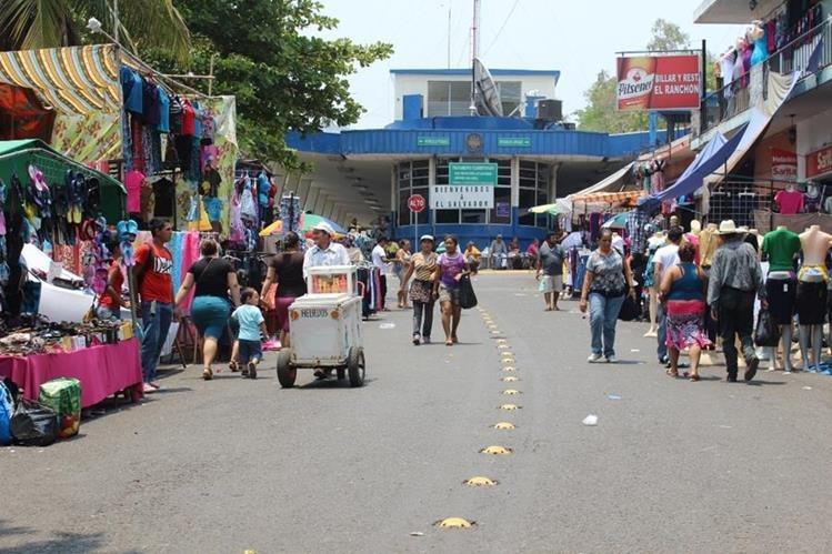 Los pasos fronterizos en malas condiciones y saturados afectan al comercio. (Foto Prensa Libre: Hemeroteca PL)