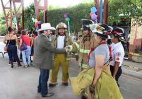 Integrantes de los Bomberos Voluntarios se acercan al diputado Víctor Estrada. para pedirle apoyo. (Foto Prensa Libre: Hugo Oliva)
