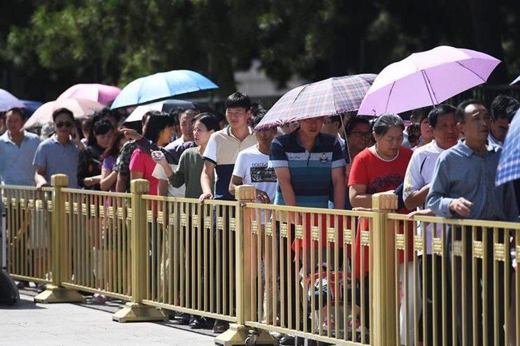 Miles de chinos hacen fila para poder pasar unos segundos a la tumba de Mao Zedong. (Foto Prensa Libre: AFP).