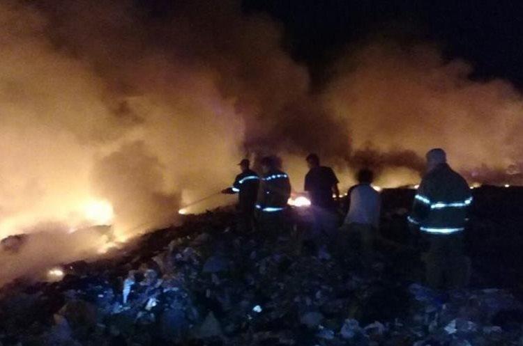 El fuego amenazó con llegar a las viviendas improvisadas que se encuentran en el lugar. (Foto Prensa Libre: Mario Morales)