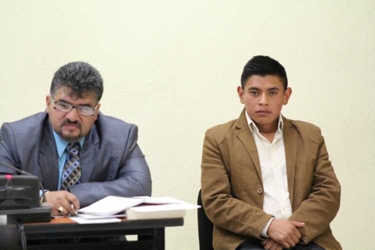 El agente Wilson García junto a su abogado defensor Fausto Reyes, durante la sentencia. (Foto Prensa Libre: María Longo).