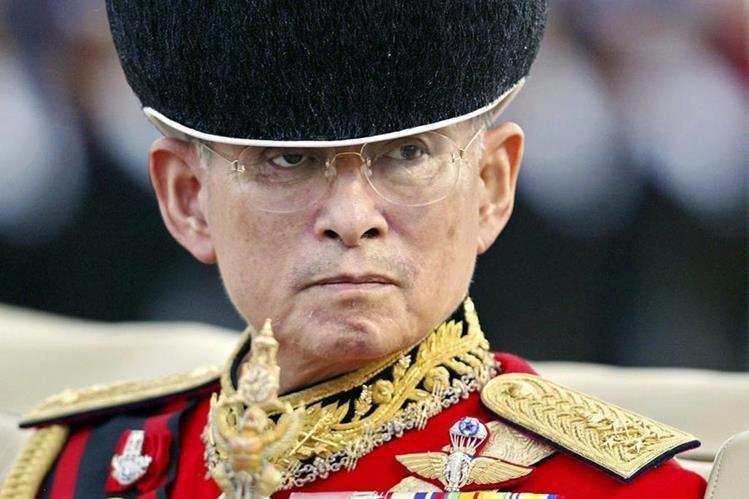 El rey de Tailandia, Bhumibol Adulyadej, falleció el jueves a los 88 años. (Foto Prensa Libre: EFE).