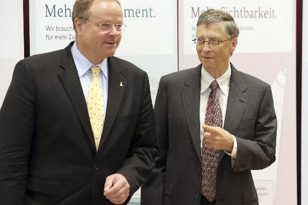 <p>El multimillonario estadounidense Bill Gates (d), junto al ministro alemán de Cooperación y Desarrollo, Dirk Niebel, luego que el gobierno alemán suscribió hoy una alianza con la Fundación Bill & Melinda Gates para combatir el hambre en el mundo.</p>