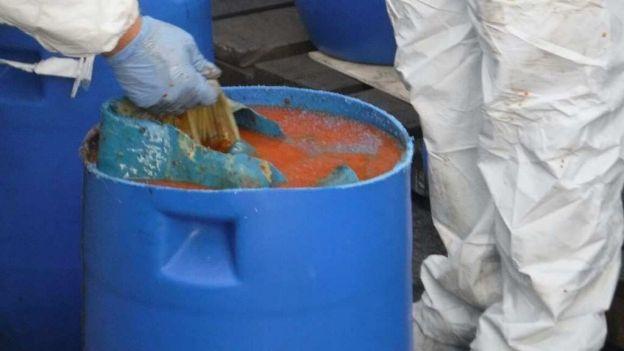 Autoridades manipulan la salsa picante mezclada con cocaína.