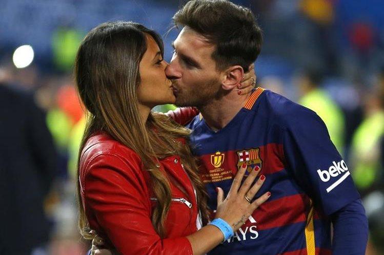 Digno de un crack, Antonella le da un justo premio a Messi. (Foto Prensa Libre: AP)