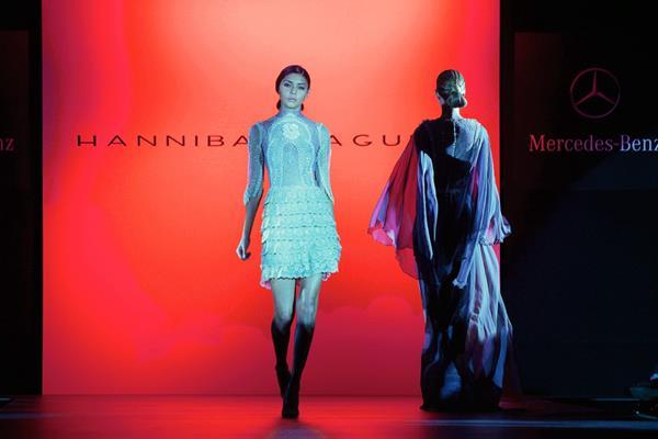 """Modelos lucen creaciones del diseñador español Hannibal Laguna de su colección """"Lights of Spain (Foto Prensa Libre agencia EFE)."""