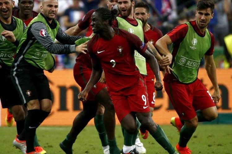 Celebración de Éder después de anotar el gol que le dio el título a Portugal en la Euro 2016. (Foto Prensa Libre: EFE).